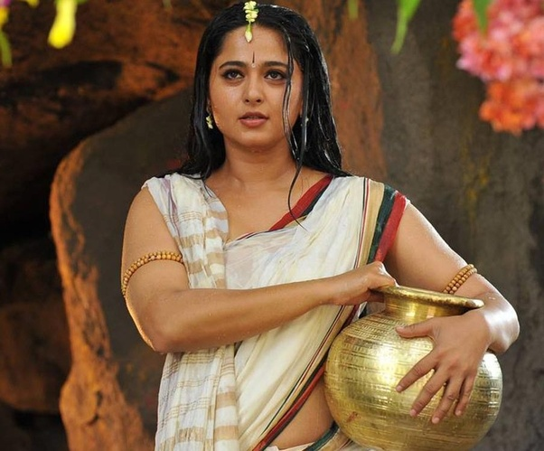 anushka shetty cleavage photo